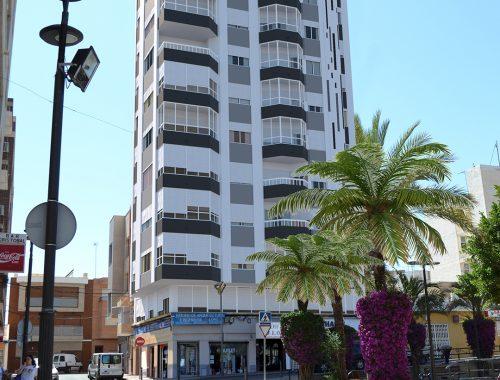 Rehabilitación de fachada edificio Alone Guardamar. Monocapa blanco y gris
